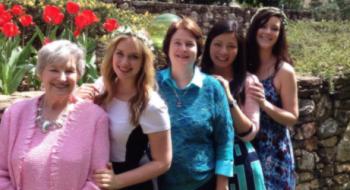 Elizabeth comemora aniversário e páscoa com a família
