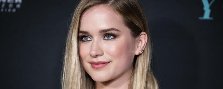 Elizabeth fala sobre 'YOU', série de David Fincher e 'Supergirl' com o THR